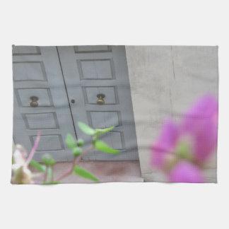 Puerta principal de madera cerrada toallas de cocina