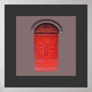 Puerta roja en callejón impresiones