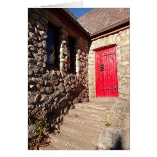 Puerta roja en tarjeta de nota inspirada de la