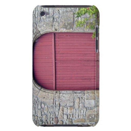Puerta roja vieja contra una pared de piedra vieja Case-Mate iPod touch cárcasa