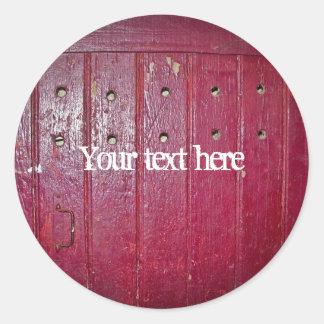 Puerta roja vieja pegatina redonda
