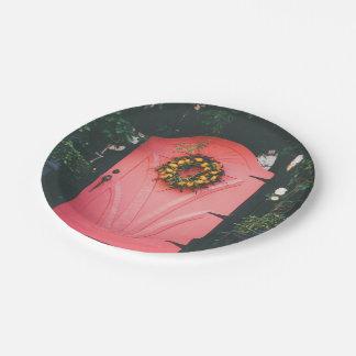Puerta rosada adornada con las flores amarillas plato de papel de 7 pulgadas