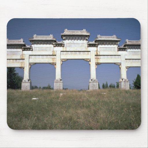 Puerta, tumbas imperiales de Ming, al norte de Pek Alfombrillas De Ratones