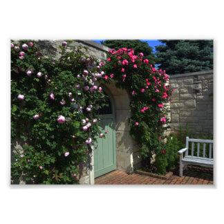 Puerta verde de la puerta de jardín con el banco fotografías