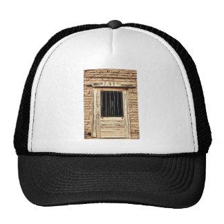 Puerta vieja de la cárcel en blanco y negro gorras de camionero