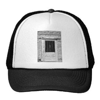 Puerta vieja de la cárcel en blanco y negro gorras