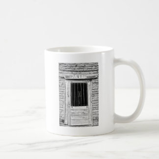 Puerta vieja de la cárcel en blanco y negro tazas de café
