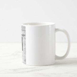 Puerta vieja de la cárcel en blanco y negro taza de café