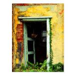 Puerta vieja en la casa abandonada en el postal