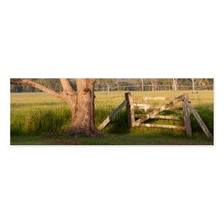 Puerta y árbol de la granja con las colinas tarjetas de visita mini
