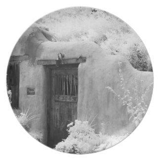 Puerta y entrada típicas del adobe en Santa Fe nu Plato Para Fiesta