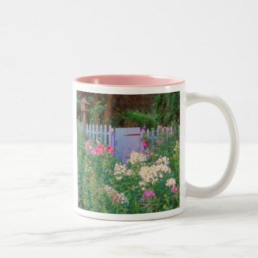 Puerta y flores Azul-Púrpuras del jardín de la cab Tazas De Café