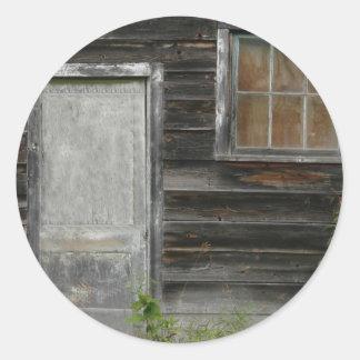 puerta y ventana viejas de granero pegatina redonda