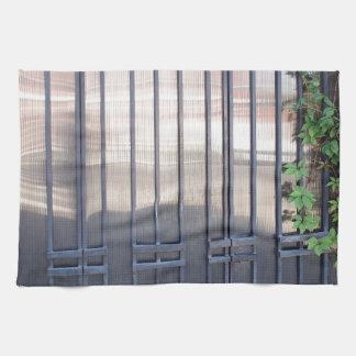 Puertas bloqueadas con los ornamentos de las tiras toalla de mano