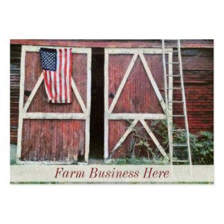 Puertas de granero rojas antiguas con una bandera tarjetas de visita grandes
