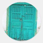 Puertas de madera verdes etiquetas redondas