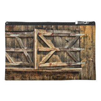 Puertas de madera viejas de la ventana del granero