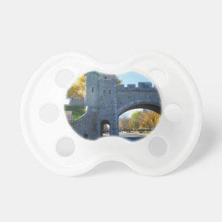 Puertas del castillo de la ciudad de Quebec Canadá Chupetes Para Bebés