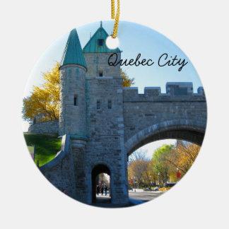 Puertas del castillo de la ciudad de Quebec Canadá Adorno Redondo De Cerámica