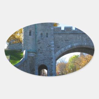 Puertas del castillo de la ciudad de Quebec Canadá Calcomania De Oval