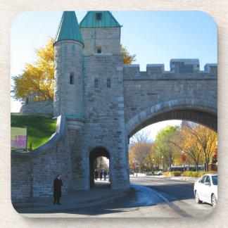 Puertas del castillo de la ciudad de Quebec Canadá Posavasos De Bebida