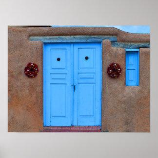 Puertas y guirnaldas azules de Rista en Taos Adobe