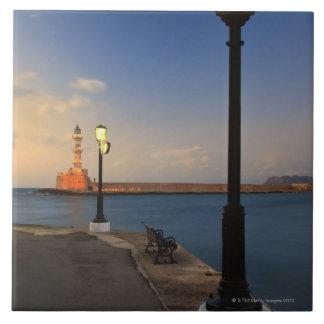 Puerto de Chania y faro veneciano en la puesta del Azulejos