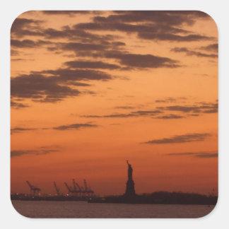 Puerto de Nueva York de la puesta del sol y estatu Etiqueta