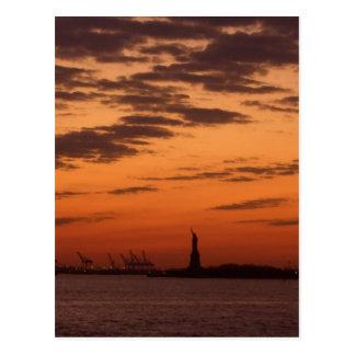 Puerto de Nueva York de la puesta del sol y estatu Tarjetas Postales