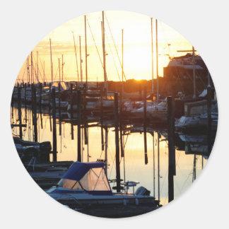 Puerto deportivo de la salida del sol pegatina redonda