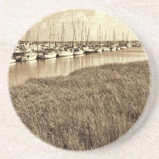 Puerto deportivo del velero en tonos de la sepia posavasos manualidades