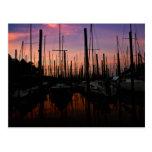 Puerto deportivo en la puesta del sol postales
