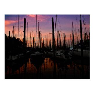 Puerto deportivo en la puesta del sol tarjetas postales