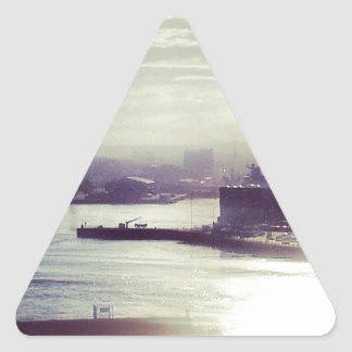Puerto en el crepúsculo pegatina triangular