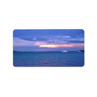Puerto en la puesta del sol etiqueta de dirección