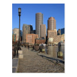 Puerto y horizonte de Boston.  Boston es una de Tarjetas Postales