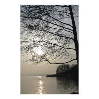 Puesta de sol en el invierno árbol al lago  papeleria