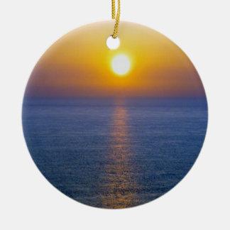 Puesta del sol .1. de la nube de la ceniza adorno navideño redondo de cerámica