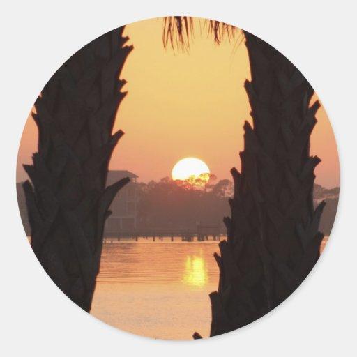 Puesta del sol a través de las palmeras pegatina redonda