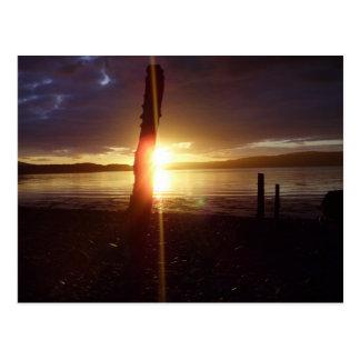 Puesta del sol a través de los postes - isla Mull Postales