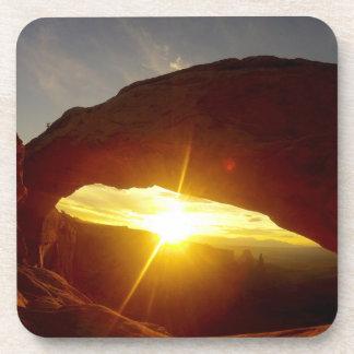 Puesta del sol a través del arco doble de O, Posavaso