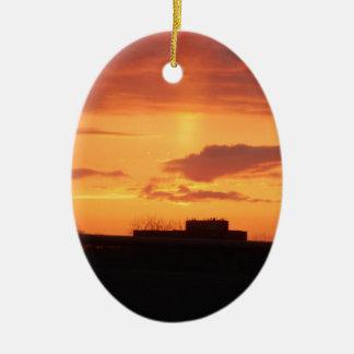 Puesta del sol adorno navideño ovalado de cerámica