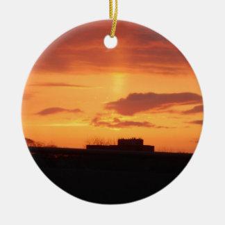 Puesta del sol adorno navideño redondo de cerámica