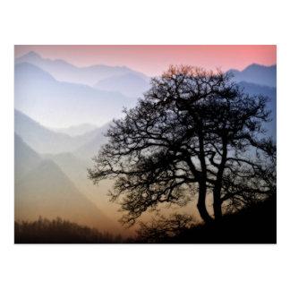 Puesta del sol ahumada de la montaña de la ruta postales