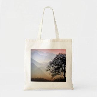 Puesta del sol ahumada de la montaña de la ruta ve bolsa de mano
