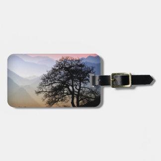 Puesta del sol ahumada de la montaña de la ruta ve etiquetas maletas