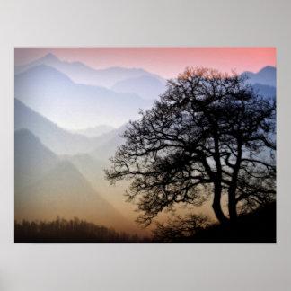 Puesta del sol ahumada de la montaña de la ruta ve póster