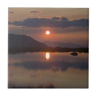 Puesta del sol alpina del lago azulejo cuadrado pequeño