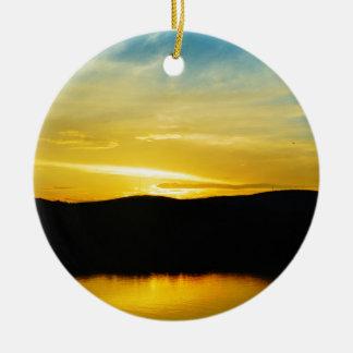 Puesta del sol amarilla del lago Mt Ornamento De Reyes Magos