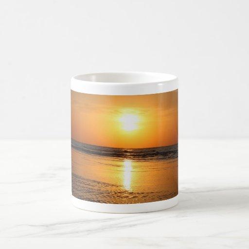 Puesta del sol amarilla hermosa 2 taza básica blanca